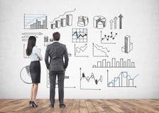 Partners die muur, diagrammen bekijken royalty-vrije illustratie