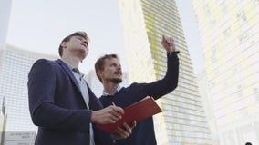 Partners die nieuw bedrijfsproject bespreken stock videobeelden