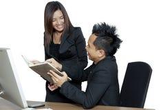 Partners die op het kantoor aan een computer werken Royalty-vrije Stock Afbeelding