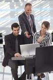 Partners die over laptop in hal spreken Royalty-vrije Stock Afbeeldingen