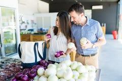 Partners die Verse Organische Groenten in Opslag kopen stock fotografie