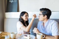 Partners die Voedsel delen om Sociale Intimiteit te tonen stock foto's