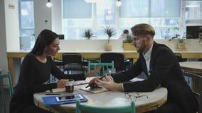 Partners op de vergadering De dame bespreekt strategie met een mens stock video