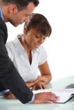 Partners som går över företagsräkenskap Arkivbild
