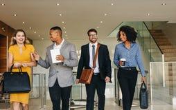 Partners som granskar ett affärsdokument i lobby royaltyfria bilder