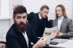 Partners of zakenman op vergadering, bureauachtergrond Close-up van aardige vulpen dichtbij open spiraalvormig notitieboekje De b stock fotografie