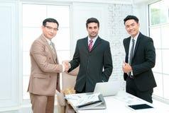 Partnershandenschudden na het slaan van overeenkomst stock afbeeldingen