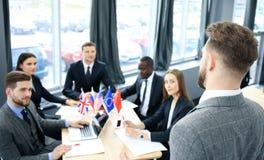 Partnerskap för internationell konferens för högtalarepresentation isolerad man för bakgrund affär över white royaltyfri foto