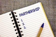 Partnerskap för ordhandstiltext Affärsidé för anslutning av två eller mer personer som blir partner med pennan för punkt för sama royaltyfri fotografi