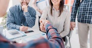 Partnerskap och starter: affärsfolk som skakar händer arkivbild
