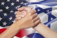 Partnerskaphand med amerikanen och Israel flaggor Royaltyfria Bilder