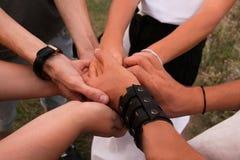 Partnerstwo Różnorodna grupa ludzi Wręcza Wpólnie pracę zespołową zdjęcia royalty free