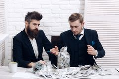 Partnery biznesowi, biznesmeni przy spotkaniem w biurze Gotówka wydaje pojęcie Koledzy zbiera pieniądze w słoju zamiast Fotografia Stock