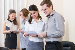 Partnery biznesowi dyskutuje dokumenty Obrazy Stock