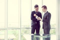 Partnery biznesowi dyskutuje dokumenty i pomysły obraz stock
