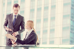 Partnery biznesowi dyskutuje dokumenty i pomysły obraz royalty free