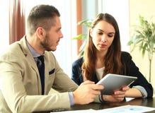 Partnery biznesowi dyskutuje dokumenty i pomysły przy spotkaniem Zdjęcie Royalty Free