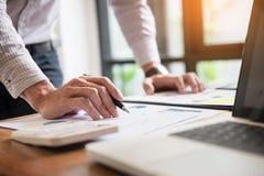 partnery biznesowi dyskutuje dokumenty i pomysłów plany jego co Zdjęcia Stock