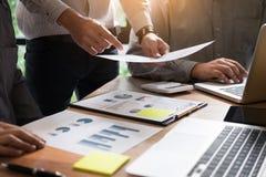 partnery biznesowi dyskutuje dokumenty i pomysłów plany jego co Fotografia Stock