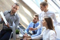 Partnery biznesowi dyskutuje dokumenty i pomys?y przy spotkaniem obrazy stock