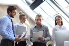 Partnery biznesowi dyskutuje dokumenty i pomys?y przy spotkaniem zdjęcia royalty free