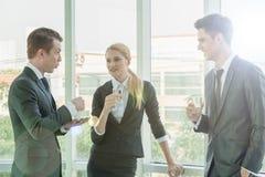 Partnery biznesowi dyskutuje dokumenty i pomysły przy spotkaniem Zdjęcia Royalty Free