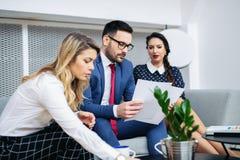 Partnery biznesowi dyskutuje dokumenty i pomys?y przy spotkaniem zdjęcie stock