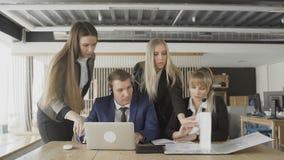 Partnery biznesowi dyskutuje dokumenty i pomys?y przy spotkaniem zbiory wideo