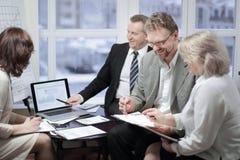Partnery biznesowi dyskutuje kontraktacyjnych terminy w biurze zdjęcie royalty free