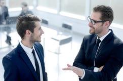 Partnery biznesowi dyskutuje nowe perspektywy obraz stock