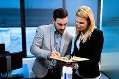 Partnery biznesowi dyskutuje pieniężnego raport w biurze fotografia stock