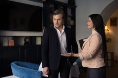Partnery biznesowi dyskutuje pracę przy restauracją Obraz Royalty Free