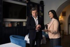 Partnery biznesowi dyskutuje pracę przy restauracją Fotografia Royalty Free