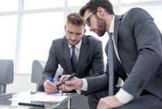 Partnery biznesowi dyskutuje terminy nowy kontrakt zdjęcie stock