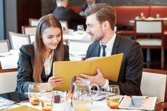 Partnery biznesowi egzamininują dokumenty Zdjęcie Stock