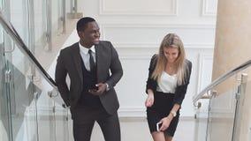 Partnery biznesowi komunikuje z each inny wspinają się schodki budynek biurowy zbiory