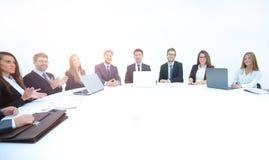 Partnery biznesowi oklaskuje each inny przy round stołem Obrazy Royalty Free