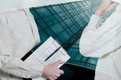 Partnery biznesowi opowiada blisko budynku w budowie Obraz Stock