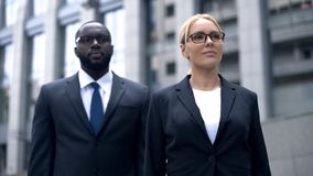 Partnery biznesowi patrzeje wpólnie przy jaskrawą przyszłością firma, drużynowy budynek zdjęcie stock