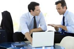 Partnery biznesowi pracuje na laptopie Obrazy Stock