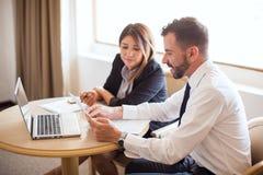 Partnery biznesowi przegląda niektóre dokumenty obraz stock