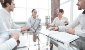 Partnery biznesowi siedzi przy biurkiem spotkania i partnerstwa obrazy stock