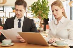 Partnery biznesowi spotyka przy kawiarnią zdjęcie royalty free