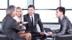 Partnery biznesowi zatwierdza transakcj? z u?ciskiem d?oni fotografia royalty free