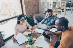 Partnery brainstorming analizują dokumentu interneta pomysł korporacyjnego zdjęcia royalty free