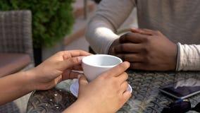 Partnery cieszy się kawę w plenerowej kawiarni, biznesowy spotkanie, współpraca, zbliżenie zdjęcia royalty free