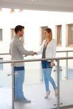 Partnery trząść ręki w korytarzu Zdjęcie Stock