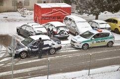 Partol van het politieverkeer houdt een auto tegen Politieagenttribune buiten voertuig in slecht weer en bespreking met bestuurde Royalty-vrije Stock Foto's