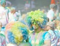 2 partpicients нося большие парики и покрытые с синью и gr Стоковая Фотография RF
