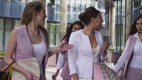 Partrait av affärskvinnor som går och talar stock video